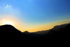 Sonnenuntergang über Bergen Lizenzfreie Stockfotos