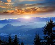 Sonnenuntergang über Bergen Stockbilder