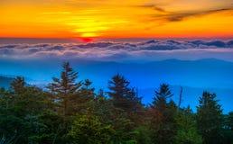 Sonnenuntergang über Bergen und Nebel von Clingmans Hauben-Beobachtung T Stockfotografie