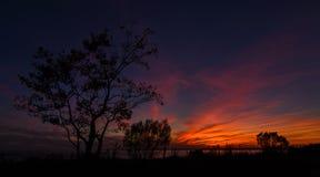 Sonnenuntergang über beweglicher Bucht stockbild