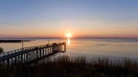 Sonnenuntergang über beweglicher Bucht, Alabama stockbilder