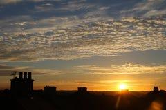 Sonnenuntergang über Dachspitzen Stockfotos