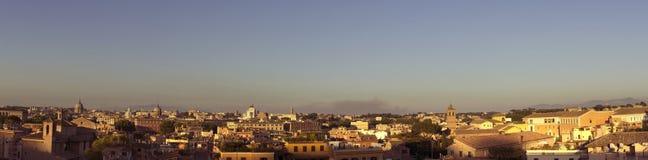 Sonnenuntergang über Dachspitzen in Rom Stockbild