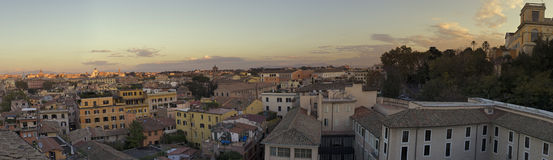 Sonnenuntergang über Dachspitzen in Rom Lizenzfreies Stockbild