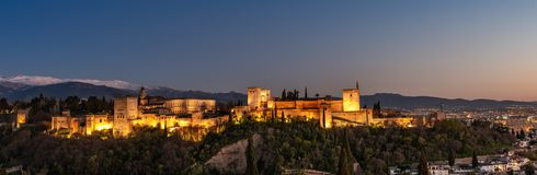 Sonnenuntergang über dem Alhambra in Granada lizenzfreie stockfotos