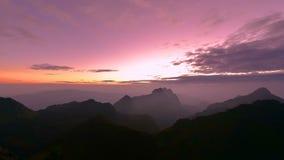 Sonnenuntergang über dem Berg stock video