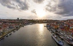 Sonnenuntergang über dem Duero-Fluss- Porto lizenzfreie stockfotos