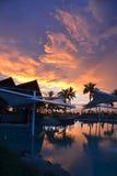 Sonnenuntergang über dem Erholungsortpool Stockbilder