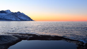 Sonnenuntergang über dem Ersfjord-Gebirgszug in der Insel von Senja in Nord-Norwegen stock video