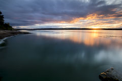 Sonnenuntergang über dem Fluss Lizenzfreie Stockfotografie