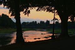 Sonnenuntergang über dem Fluss Lizenzfreies Stockbild