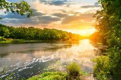 Sonnenuntergang über dem Fluss im Wald Stockbild