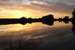 Sonnenuntergang über dem Fluss trent lizenzfreie stockfotografie