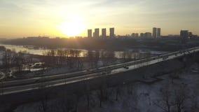 Sonnenuntergang über dem Fluss und der russischen Stadt stock footage
