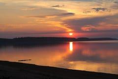 Sonnenuntergang über dem Flussfoto Stockfotografie