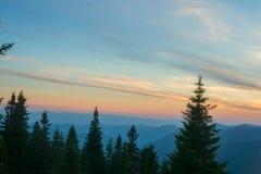 Sonnenuntergang über dem Gebirgsrücken Stockfotografie
