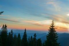 Sonnenuntergang über dem Gebirgsrücken Lizenzfreies Stockfoto
