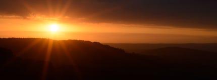 Sonnenuntergang über dem Hügel Stockbilder