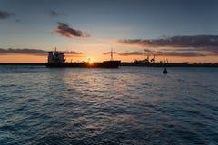 Sonnenuntergang über dem Hafen von Burgas, Schwarzes Meer, Bulgarien stockbild