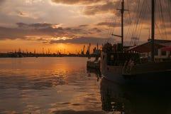 Sonnenuntergang über dem Hafen von Varna Stockfotografie