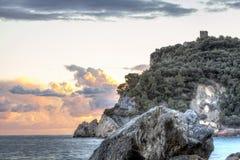 Sonnenuntergang über dem Ligurischen Meer Mutter mit zwei Töchtern Lizenzfreie Stockfotos