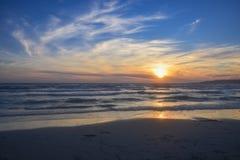 Sonnenuntergang über dem Meer auf dem Strand Lizenzfreies Stockfoto