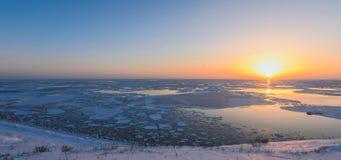 Sonnenuntergang über dem Meer auf Sachalin-Insel Lizenzfreies Stockbild