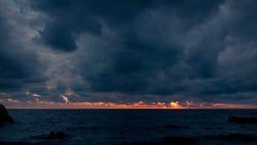 Sonnenuntergang über dem Meer in den Wolken stock footage