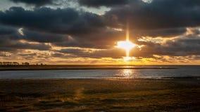 Sonnenuntergang über dem Meer an der Flut nahe Le Mont Saint Michelle lizenzfreie stockfotos