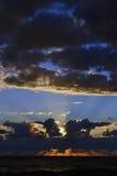 Sonnenuntergang über dem Meer hinter den Wolken lizenzfreie stockfotografie
