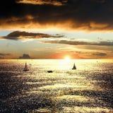 Sonnenuntergang über dem Meer mit Booten Lizenzfreies Stockbild