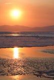 Sonnenuntergang über dem Meer mit dem Brechen des Eises. Stockbilder