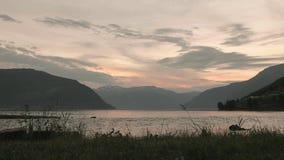 Sonnenuntergang über dem norwegischen Fjord Glatter Schieberschuß stock footage