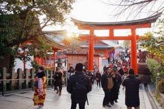 Sonnenuntergang über dem O-torii am Schrein Fushimi Inari stockbild
