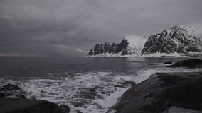 Sonnenuntergang über dem Okshornan-Gebirgszug in der Insel von Senja in Nord-Norwegen stock video footage