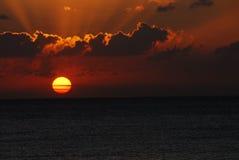 Sonnenuntergang über dem Ozean Stockbild