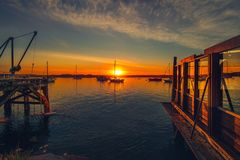 Sonnenuntergang über dem Ozean mit Segelbooten lizenzfreie stockfotos