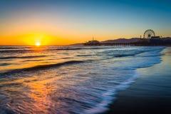 Sonnenuntergang über dem Pazifischen Ozean und Santa Monica Pier stockfotos