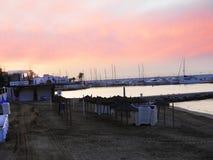 Sonnenuntergang über dem ruhigen Strand im November in Marbella Andalusien Spanien Stockbilder