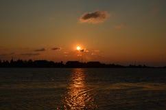 Sonnenuntergang über dem Schacht lizenzfreies stockfoto