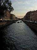 Sonnenuntergang über dem schwarzen Fluss lizenzfreies stockbild