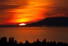 Sonnenuntergang über dem See Lizenzfreie Stockfotos