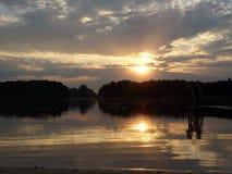 Sonnenuntergang über dem See Stockfoto