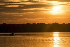 Sonnenuntergang über dem See Stockfotografie