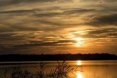 Sonnenuntergang über dem See Stockbilder