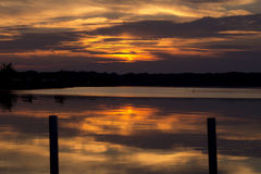 Sonnenuntergang über dem See Stockfotos