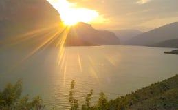 Sonnenuntergang über dem See Stockbild