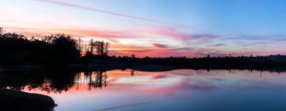 Sonnenuntergang über dem See, das rote Sonnenlicht, Panorama, romantisch in Na Lizenzfreies Stockbild