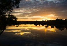 Sonnenuntergang über dem See heller Kontrasthimmel Stockbilder