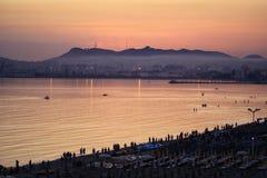 Sonnenuntergang über dem Strand Stockfoto